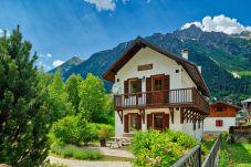 Extérieur d'un magnifique chalet et des montagnes environnantes